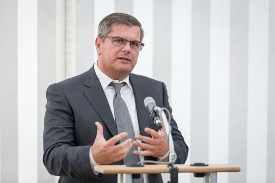 Thomas Sapper, Vorstandsvorsitzender der Deutsche Fertighaus Holding AG, hat schon früh voll auf Nachhaltigkeit bei Konzeption, Bau und Nutzung neuer Häuser Wert gelegt. (Foto: DFH AG)